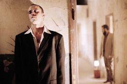 Khaled (Ali Suliman) beginnt erstmals, an der Mission...Cinéma