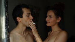 Papa Gold - Denny (Tom Lass) und Kiki (Emily Kuhnke)...uchen