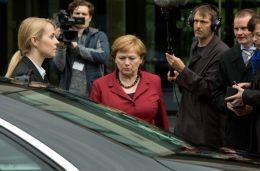 Die Getriebenen - Imogen Kogge (Mitte) als Angela Merkel