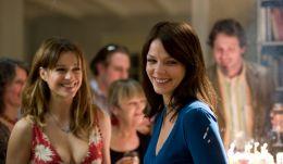 Maja (Jessica Schwarz) feiert ausgelassen auf Davids...Tür'