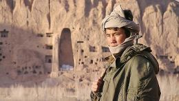Soldat vor der Nische des kleinen Buddha   Christian...tionen